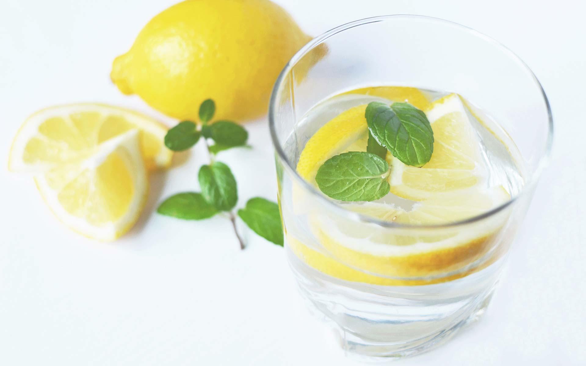 Delo blogpost - come combattere il caldo - bicchiere acqua e limone