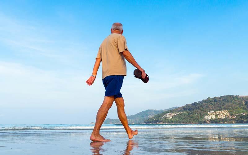 Delo blogpost - come combattere il caldo - nonno passeggia in spiaggia