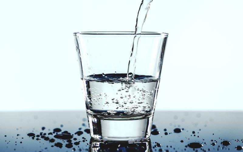 delo blogpost - bere acqua rubinetto - bicchiere acqua