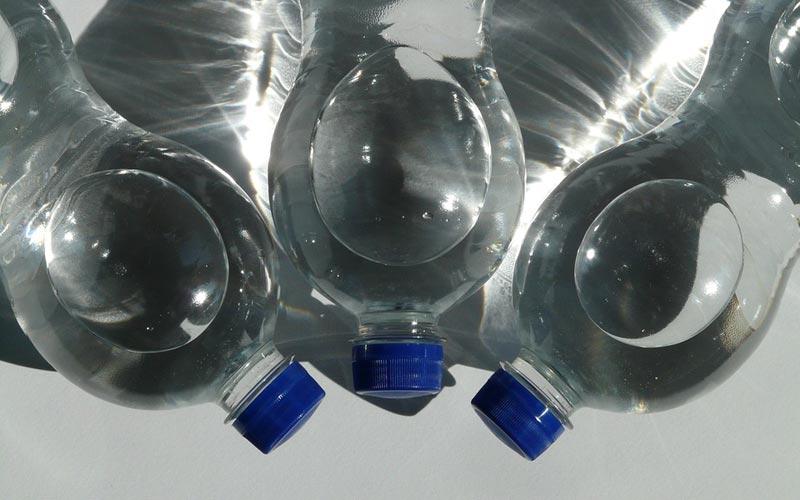 delo blogpost - bere acqua rubinetto - bottiglie plastica