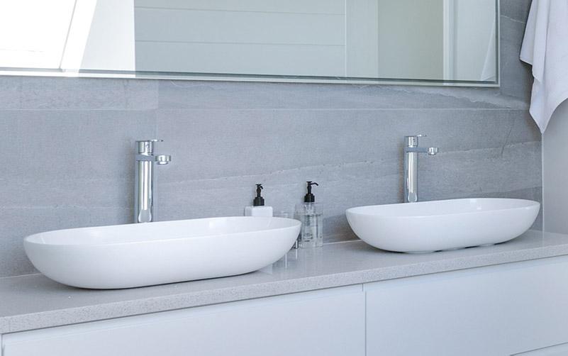 Delo blogpost - i miscelatori a corpo alto - doppio lavabo a bacinella moderno