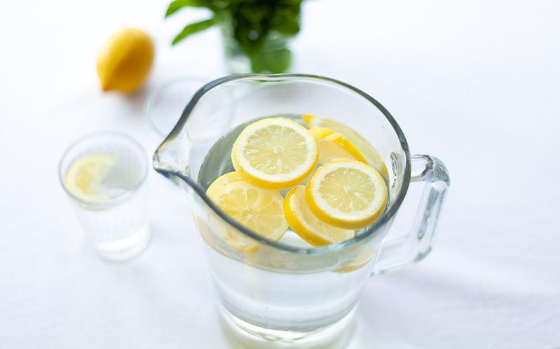 Delo blogpost - miscelatori cucina 3 vie - caraffa acqua e limone