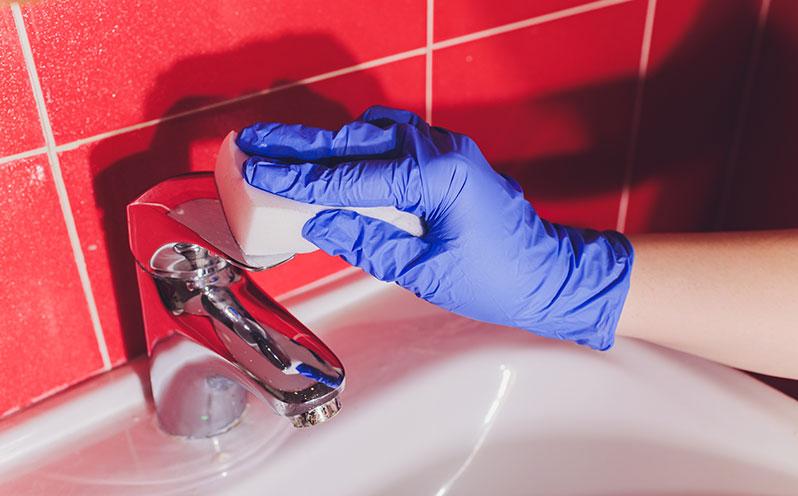 delo come pulire bagno cucina rubinetti - pulizia miscelatore con spugna