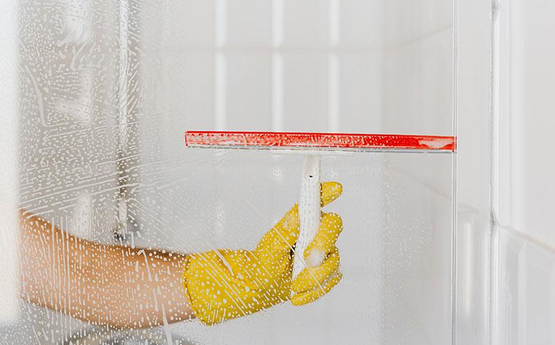 delo come pulire bagno cucina rubinetti - pulizia vetro con spatola tergivetro