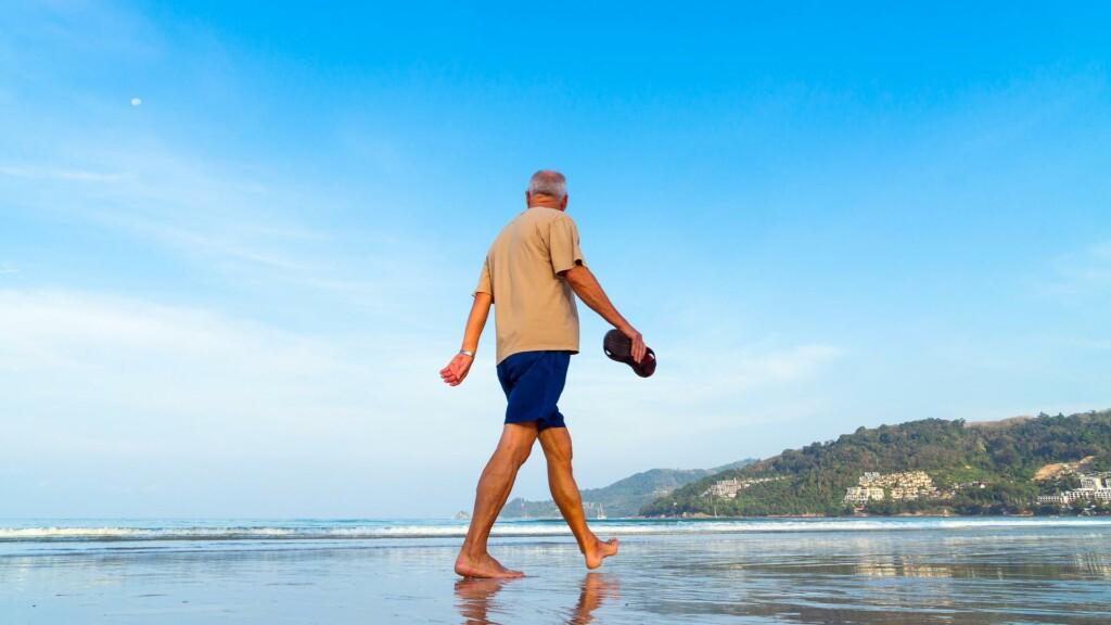 Delo - come combattere il caldo estivo e afa - anziano in spiaggia