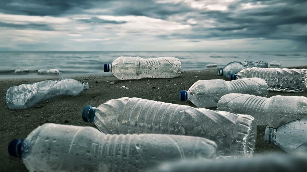 Delò - bere acqua del rubinetto fa bene - bottigli plastica abbandonate rifiuti
