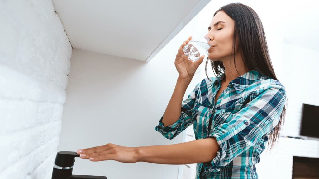 Delò - bere acqua del rubinetto fa bene - ragazza beve acqua rubinetto